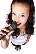 femme-chant-micro
