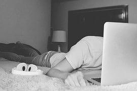 adolescent dans son lit